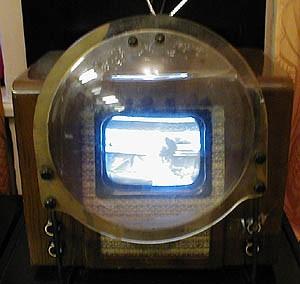 Самый старый советский телевизор с линзой перед экраном.