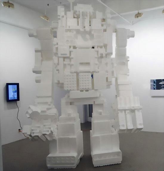 Гигантский робот-великан из пенопласта