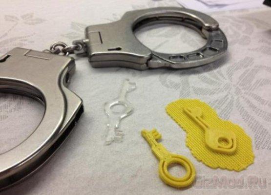 Хакер открыл наручники напечатаннмым ключем