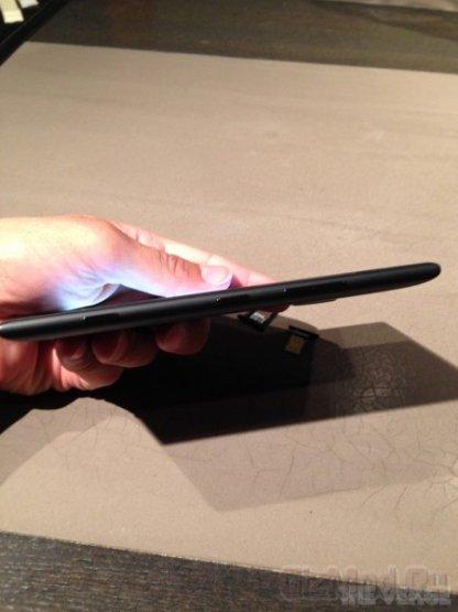 Фаблет Nokia Lumia 1520 на фоне Sony Xperia Z1