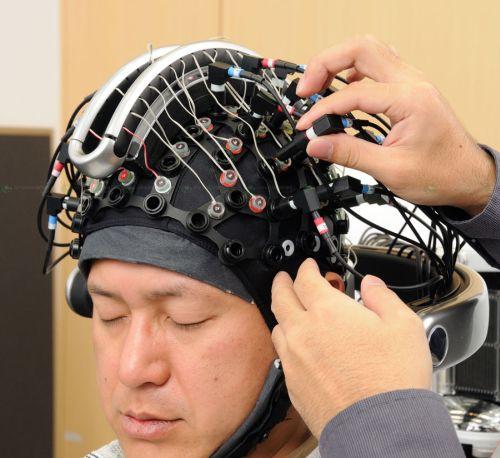 Роботом ASIMO можно управлять силой мысли