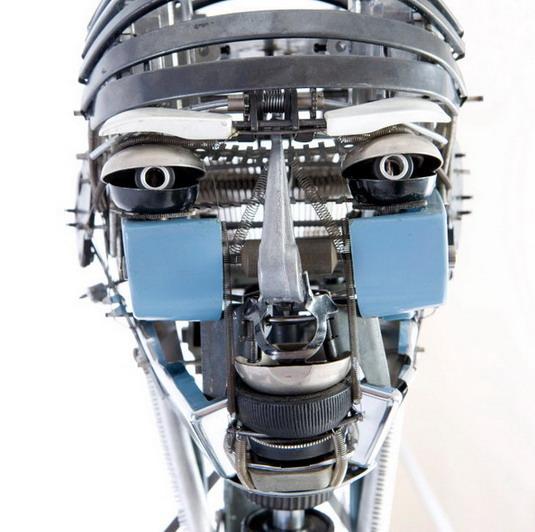 Робот Nude IV собран из пишущих машинок