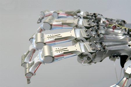 Роботизированная рука, выдерживающая удары молотка