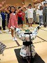 Робот учит японцев танцевать