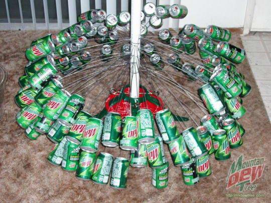 Новогодняя елка из ... жестяных банок