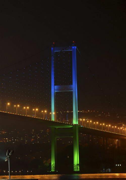 Мост через Босфор со светодиодной подсветкой