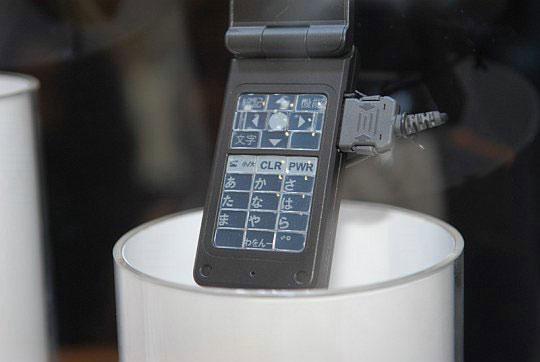 Прототип телефона с клавиатурой из электронной бумаги
