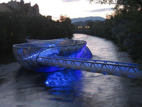 Уникальный мост с «островком» для отдыха