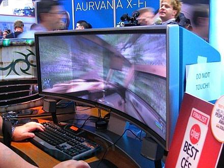 Фото дня: огромный вогнутый экран Alienware