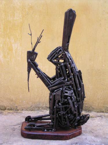 Своеобразное искусство: фигуры из оружия