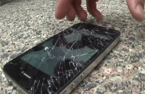 iPhone 4S и Galaxy S II против асфальта