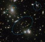 Сильная гравитационная линза извратила галактику