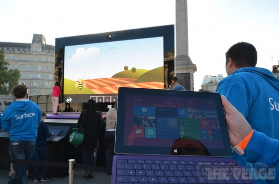 Гигантский планшет Surface 2 в Лондоне