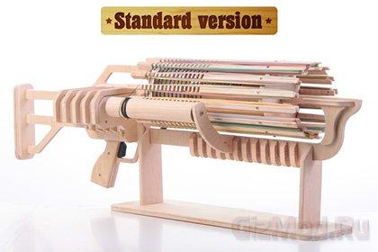 Деревянный пулемет Гатлинга стреляет резинками
