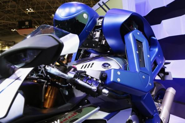 Робот-гонщик Motobot