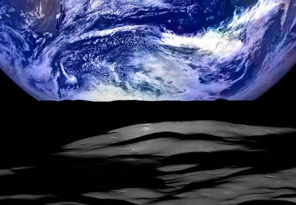 Восход Земли над лунной поверхностью