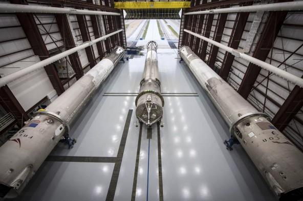 SpaceX показала свой ангар