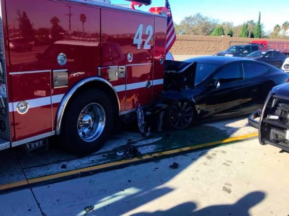 Автопилот Tesla врезался в пожарную машину